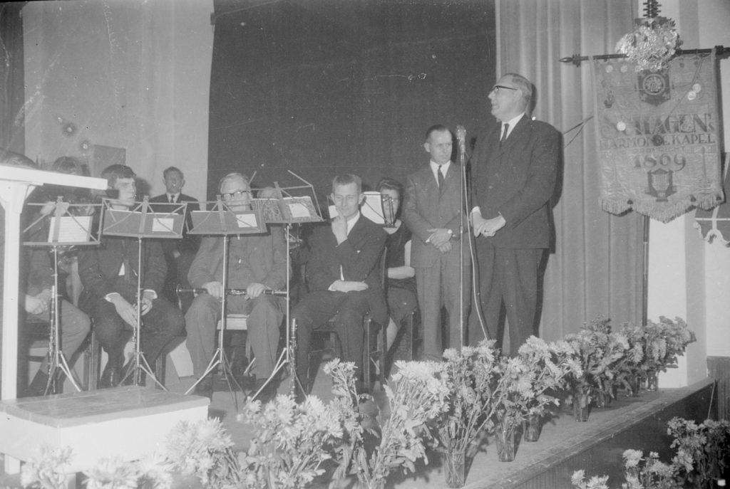 De presentatie van de nieuwe uniformen van de Schagens Harmoniekapel in 1965